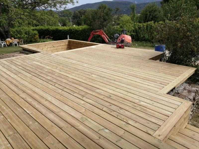 Actualité - le bois, un matériau chaleureux pour embellir votre espace piscine - Les Jardins en Cascades